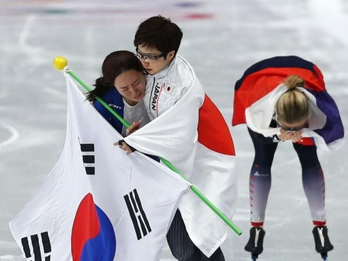 Respect! Momen Juara Ice Skating Hibur Rival yang Menangis karena Kalah