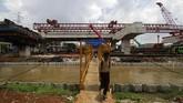 Warga melewati jembatan di samping proyek pembangunan Tol Bekasi-Cawang-Kampung Melayu (Becakayu) di Jalan Kalimalang, Jakarta, Rabu (21). (Eko Siswono Toyudho/Anadolu Agency).