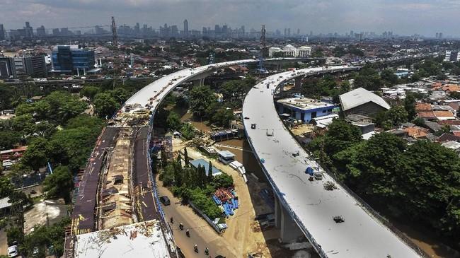 Foto udara proyek pembangunan Tol Bekasi-Cawang-Kampung Melayu (Becakayu) di jalan Kalimalang, Jakarta, Indonesia, Rabu (21/2). (Eko Siswono Toyudho/Anadolu Agency).