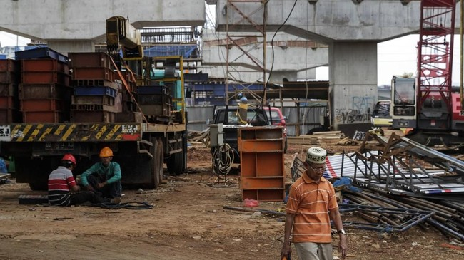 Setidaknya empat proyek jalan layang (elevated) dihentikan sementara, antara lain proyek kereta ringat (LRT) Palembang dan Jakarta, mass rapid transit (MRT) Jakarta, dan jalur kereta api dwi ganda (DDT). (Eko Siswono Toyudho/Anadolu Agency).