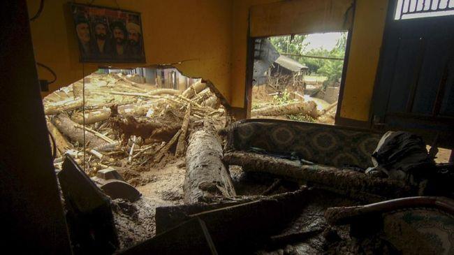 Tanah Ambles Akibat Pengerukan Kali Ancol, 21 Warga Mengungsi