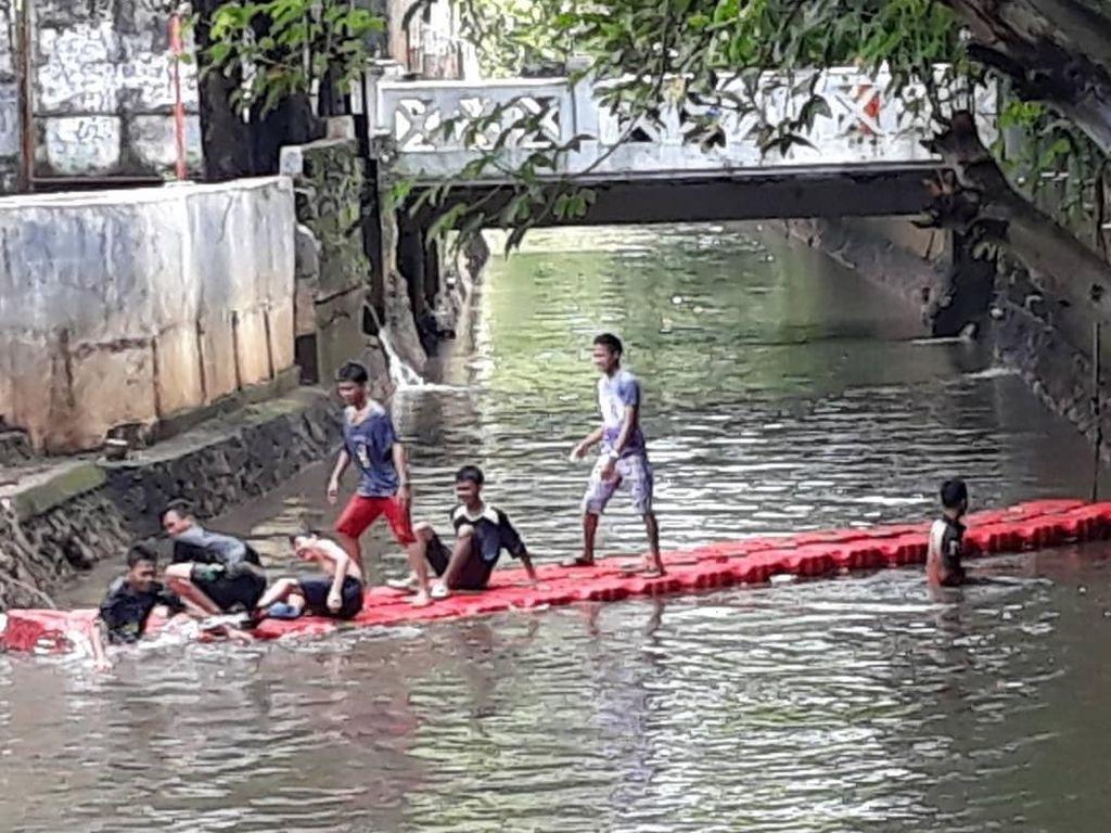 Padahal ketika kali itu sudah dibersihkan, banyak anak-anak yang tak takut main di Kali Mampang (dok UPK Badan Air Kecamatan Mampang)