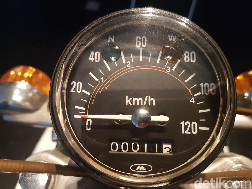 Kilometer yang tercatat di odometernya juga sangat rendah, hanya menunjukkan angka 11,3 kilometer. Itu pun, menurut salah seorang karyawan Astra International, mungkin hanya jarak ketika motor keluar dari pabrik. Foto: Rangga Rahardiansyah