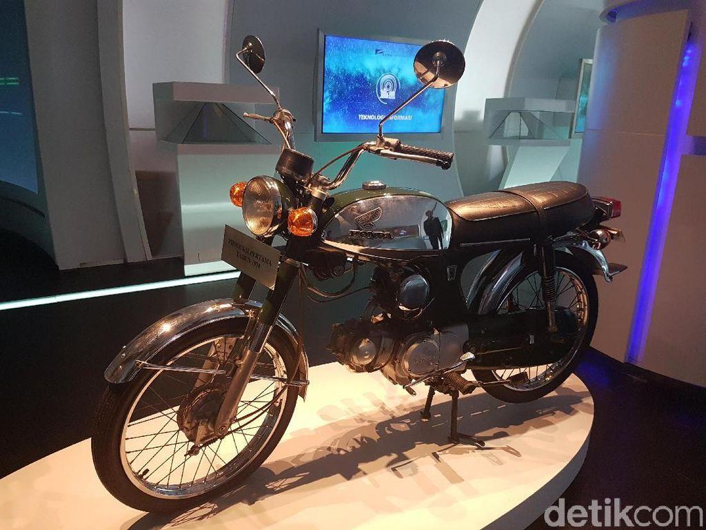 Sejak pertama diproduksi, motor yang dipajang di Museum Astra ini belum jalan ke mana-mana. Foto: Rangga Rahardiansyah