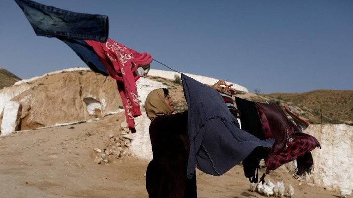 Saliha Mohamedi, 36, hangs washing at her troglodyte house on the outskirts of Matmata, Tunisia, February 5, 2018.
