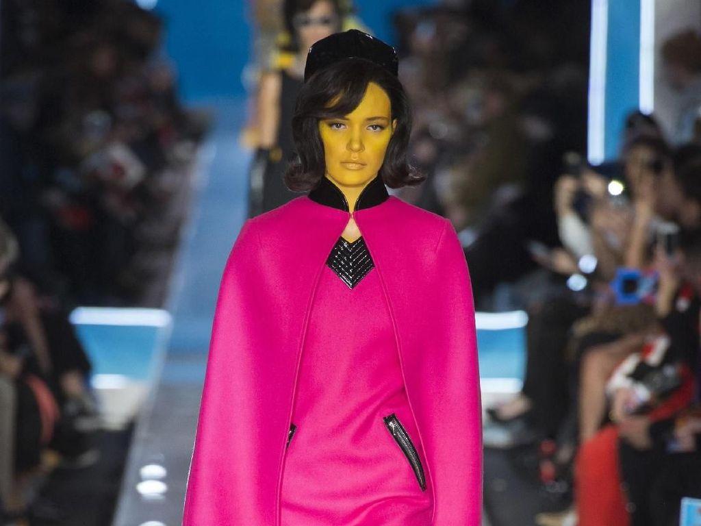 Foto: 25 Koleksi Terbaru Moschino Terinspirasi dari Jackie O hingga Alien