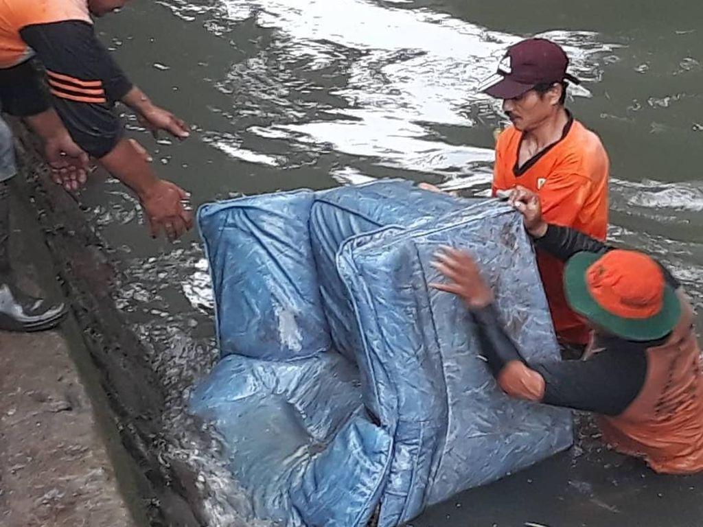 Namun, sampah berupa sofa juga pernah ditemukan di Kali Mampang. Tindakan yang tak pantas ditiru.(dok UPK Badan Air Kecamatan Mampang)