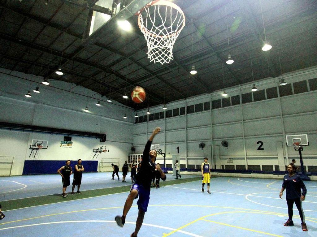 Ketika Anak-anak Panti asuhan Dilatih Bermain Basket