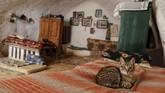 Beberapa di antaranya membangun rumah modern di sebelahnya, dan menggunakan rumah tradisional sebagai kandang kuda atau bengkel. (REUTERS/Zohra Bensemra)