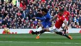 Chelsea unggul lebih dulu pada menit ke-32 melalui gol Willian yang memanfaatkan umpan terobosan Eden Hazard. (REUTERS/Andrew Yates)