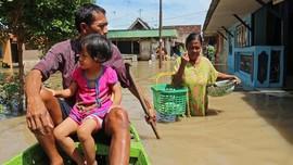 FOTO: Kala Banjir Rendam Sebagian Pulau Jawa