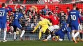 Manchester United hanya butuh tujuh menit untuk menyamakan kedudukan melalui gol Romelu Lukaku setelah menerima umpan Anthony Martial. (REUTERS/Andrew Yates)