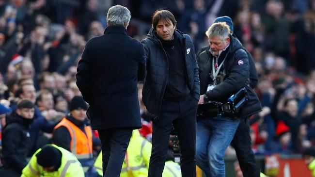 Antonio Conte bersalaman dengan Jose Mourinho usai pertandingan di Stadion Old Trafford. Kemenangan atas Chelsea membuat Manchester United kembali naik ke posisi dua klasemen Liga Primer Inggris. (Reuters/Jason Cairnduff)
