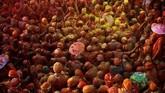 Pemeluk agama Hindu di India merayakan Festival Holi yang diselenggarakan di akhir musim dingin untuk menyambut musim semi setiap tahunnya.