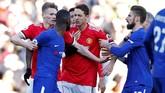 Ketegangan sempat terjadi antara gelandang Manchester United Nemanja Matic dengan bek Chelsea Antonio Rudiger di babak kedua. (REUTERS/Andrew Yates)