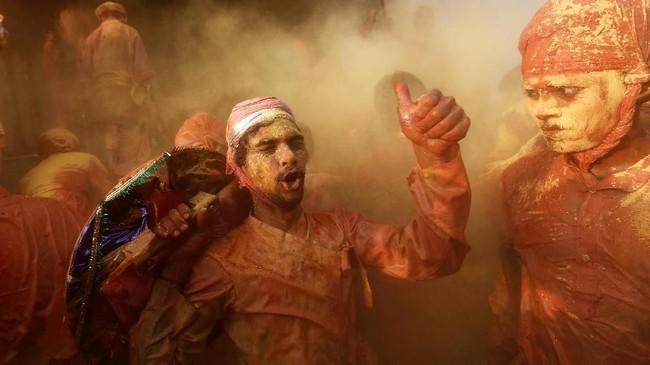 Suasana perayaan Festival Holi di sebuah kuil di Nandgaon, kawasan Uttar Pradesh, India.