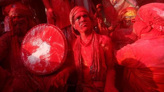 Tua dan muda ikut serta dalam festival ini. Di dalam kuil, para pemuka agama merapaldoa dan nyanyian sebagai persembahan untuk Dewa Wisnu.