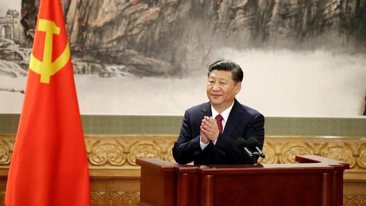 FILE FOTO: Presiden China Xi Jinping bertepuk tangan setelah pidatonya saat anggota Komite Tetap Politbiro China yang baru bertemu dengan pers di Aula Besar Rakyat di Beijing, China 25 Oktober 2017. REUTERS / Jason Lee / File Photo