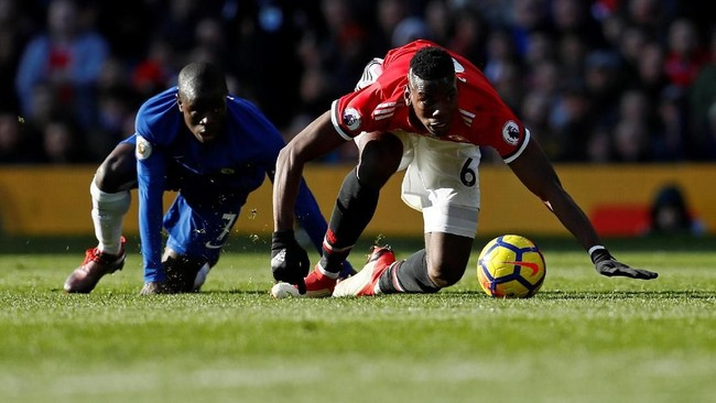 Gelandang Manchester United Paul Pogba berduel dengan pemain Chelsea N'Golo Kante. Pogba yang sempat dikabarkan akan dicadangkan, dipercaya Jose Mourinho menjadi starter. (Reuters/Jason Cairnduff)