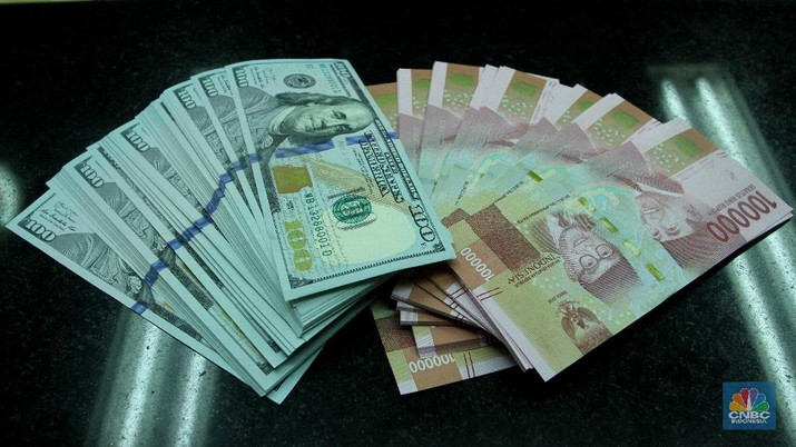 Nilai tukar rupiah terhadap dolar AS menguat di kurs tengah BI. Sementara di perdagangan pasar spot, rupiah pun berhasil bangkit.