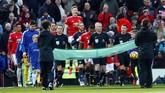 Para pemain Manchester United dan Chelsea memasuki Stadion Old Trafford sebelum pertandingan Liga Primer Inggris, Minggu (25/2). (Reuters/Jason Cairnduff)