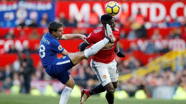 Gelandang Manchester United Paul Pogba berduel dengan bek Chelsea Cesar Azpilicueta yang berperan sebagai kapten. Skor 2-1 untuk MU pun bertahan hingga laga usai. (REUTERS/Andrew Yates)