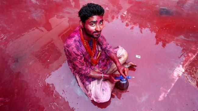 Turis yang menggemari fotografi pasti tak akan pernah bosan berkunjung ke Festival Holi di India setiap tahunnya, karena ada saja adegan lucu yang menarik untuk didokumentasikan.