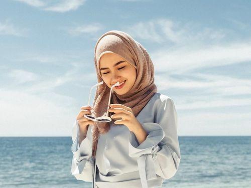 6 Tips Menarik Padu Padan Hijab ke Pantai  yang Simple Ala Selebgram 1