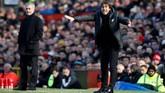 Manajer Chelsea Antonio Conte memberikan instruksi kepada para pemain The Blues dengan latar belakang manajer Manchester United Jose Mourinho. (REUTERS/Andrew Yates)