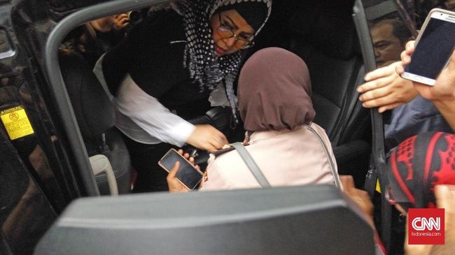 Diduga Rusak Warung, Anak Elvy Sukaesih Dibawa Polisi ke RSJ