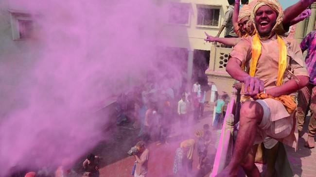 Festival Holi juga menjadi ajang bersyukur para umat Hindu atas berkah yang diberikan untuk ladang dan ternak mereka.