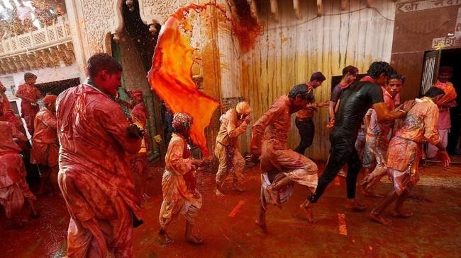 Festival Holi berlangsung selama 16 hari. Dalam puncak perayaannya, seluruh umat Hindu turun ke jalanan untuk saling melemparkan bubuk berwarna-warni.