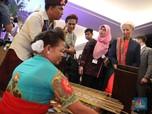 Bos IMF dan Miranda S. Goeltom Kunjungi Booth Pakaian Adat