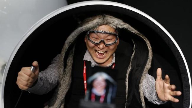 Seorang priatengah merekam aksinya menggunakan fitur Super Slow-motion yang terdapat dalam ponsel Samsung S9 Plus. (AFP PHOTO / Pau Barrena)