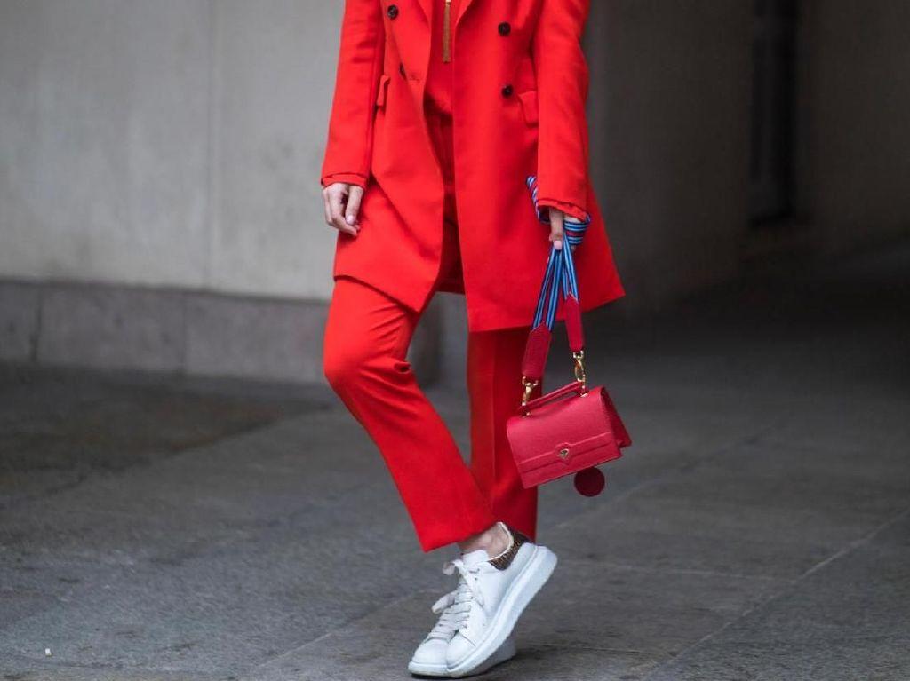 Foto: Inspirasi Gaya Sneakers Kekinian dari Street Style Milan Fashion Week