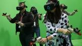 HTC yang terkenal dengan perangkat mobilenya pun unjuk gigi menampilkan HTC Vive. Perangkat anyar ini merupakan kacamata virtual reality.(AFP PHOTO / Pau Barrena)