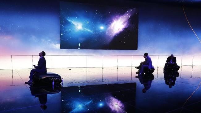 Mobile World Congress (MWC) merupakan ajang yang digunakan untuk petinggi industri berkumpul dan menampilkan inovasi produk terbaru. Salah satunya Huawei yang menampilkan stand 'ala' galaksi.(AFP PHOTO / Pau Barrena)