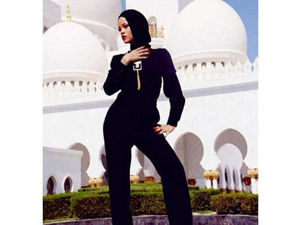 Begini Penampilan Kendall Jenner Hingga Selena Gomez saat Kunjungi Masjid