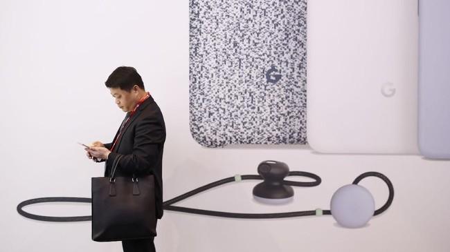 Sebagai perusahaan teknologi raksasa, Google pun turut serta dalam ajang pameran mobile tahunan tersebut. (AFP PHOTO / Pau Barrena)