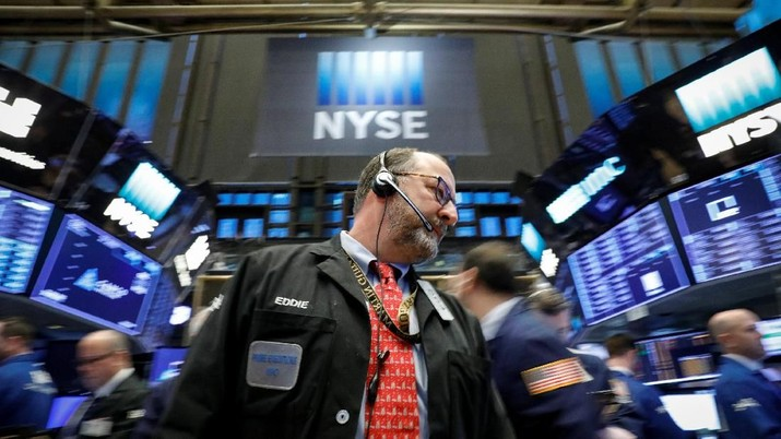 Traders work on the floor of the New York Stock Exchange, (NYSE) in New York, U.S., February 26, 2018. REUTERS/Brendan McDermid
