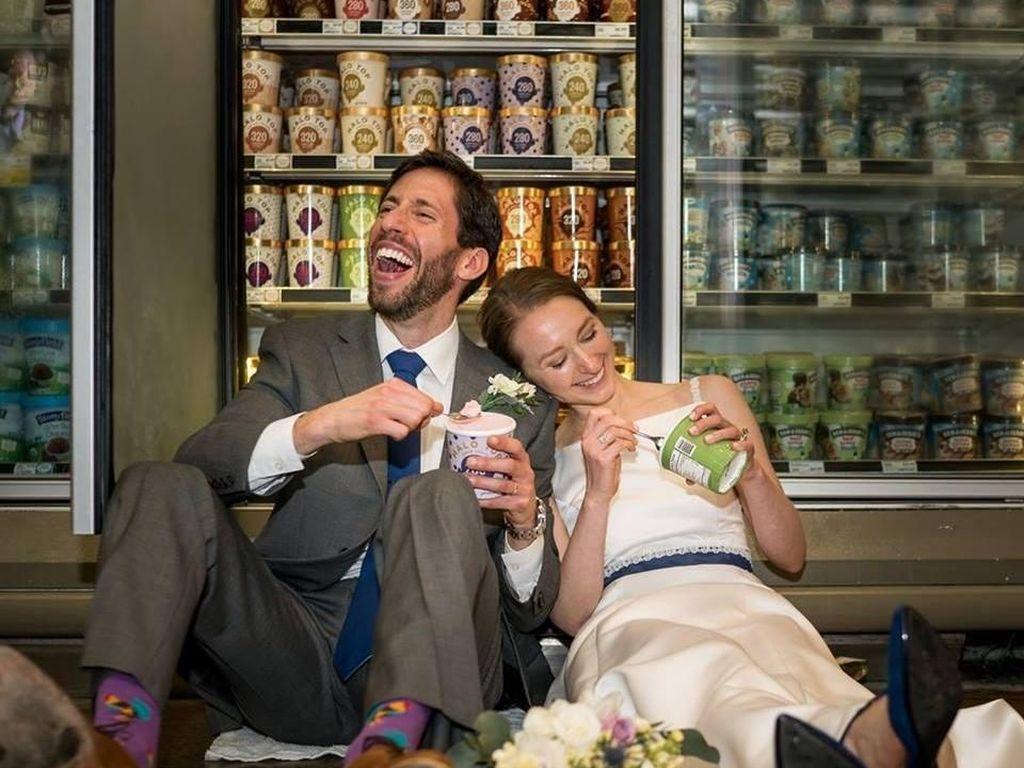 Mengesankan, Pasangan Ini Menikah di Supermarket