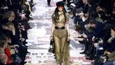 Chiuri juga menghadirkan koleksi pleated kilts dengan logo Dior, yang dipadukan dengan blazer yang meninggalkan gaya tradisional di bagian pinggang. (AFP PHOTO / FRANCOIS GUILLOT)