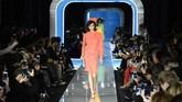 Di peragaan Moschino di Milan Fashion Week 2018, Kaia Gerber membawakan busana warna terang yang mencolok mata. (AFP PHOTO / Miguel MEDINA)