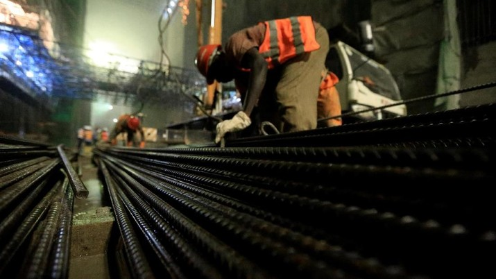 Contractors assemble steel for the construction of Karuma 600 megawatts hydroelectric power project under construction on River Nile, Uganda February 20, 2018. Picture taken February 20, 2018. REUTERS/James Akena