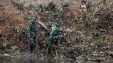 Anggota TNI turut terjun melakukan operasi sungai Citarum yang mengalir dari kawasan Bandung selatan, Jawa Barat, 13 Februari 2018. Sungai Citarum yang mengalir dari Bandung selatan hingga bermuara ke Laut Jawa di Bekasi menjadi kotor karena sampah rumah tangga dan limbah industri. (REUTERS/Darren Whiteside)