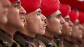 Calon-calon tentara India berseragam resmi menghadiri parade pelantikan mereka di Rangreth, luar kota Srinagar. (REUTERS/Danish Ismail)