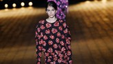 Mengenakan dress motif bold hitam-merah, Kaia Gerber berjalan untuk peragaan Saint Laurent yang berlangsung 27 Februari lalu di Paris. (AFP PHOTO / ALAIN JOCARD)