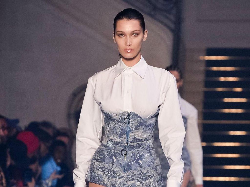 Foto: Gaya Seduktif Bella Hadid Berbalut Korset di Paris Fashion Week