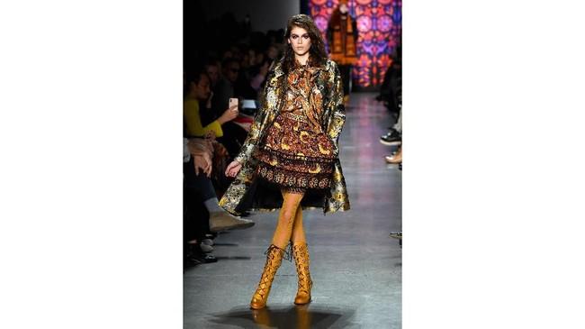 Lebih ekspresif, Kaia Gerber membawakan koleksi rancangan Anna Sui di pekan mode New York Fashion Week: The Shows at Gallery I yang berlangsung di Spring Studios pada 12 Februari lalu. (Frazer Harrison/Getty Images for New York Fashion Week: The Shows/AFP)