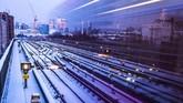 Kereta LRT melewati rel yang tertutup salju di stasiun Pontoon Dock, London Timur. (REUTERS/Steven Watt)